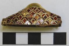 Pomo de espada. 'The Staffordshire Hoard'. Arte germánico anglosajón. Siglo VI. Decoración polícroma de granates cloissoné. ¿Vista anterior?