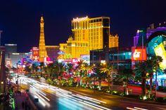 """Jour 06 :  Retour vers Las Vegas, capitale du jeu qui mérite d'être visitée le soir. Déambulez sur le """"Strip"""" et découvrez les nombreuses attractions et hôtels incroyables. Dîner buffet et nuit à Las Vegas.  The Las Vegas Strip à Las Vegas, NV"""