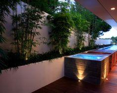 terrasse pool bambus pflanzen bodenleuchten wand