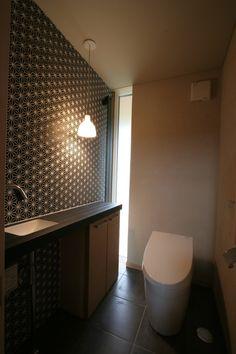 """麻の葉のタイル This is a minimal design: an 'unobtrusive faucet' with recessed bowl ( it doesn't scream """"I'm minimal', or doubly so), shallow counter, 'quiet' electric lighting paired with daylight and 'simple' toilet, all in just enough space - just enough. Japan Interior, Washroom Design, Happy House, Minimal Design, Interior Lighting, Dressing Room, Powder Room, Hemp, Small Bathroom"""