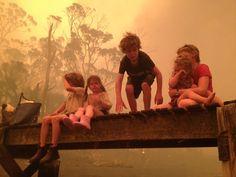 Australie    ... Une chaleur qui a entraîné des incendies de forêt ravageurs. Même après la baisse des températures, le 9 janvier, une trentaine d'incendies étaient toujours hors de contrôle à travers le pays. Sur cette photo du 4 janvier diffusée ultérieurement par la famille, on peut voir cinq frères et sœurs se préparant à entrer dans l'eau pour se protéger avec leurs grands-parents sous un ponton près de Dunalley (Etat de Tasmanie), où près de 90 maisons ont été détruites.