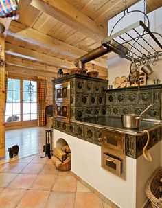 Sruby a roubenky do milionu Cosy Kitchen, Kitchen Stove, Rustic Kitchen, Foyers, Wood House Design, Small Log Cabin, Wooden Cottage, Vintage Stoves, Rocket Stoves