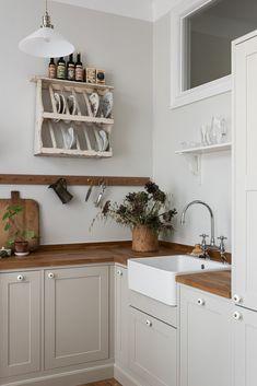 Home Decor Signs Marbodal.Home Decor Signs Marbodal Rustic Kitchen, Kitchen Dining, Kitchen Decor, Modern Country Kitchens, Navy Kitchen Cabinets, Cottage Interiors, Küchen Design, Home Decor Accessories, Interior Styling