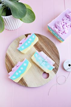 Layered Soap DIY Learn how to make this pretty pastel colored DIY soap! What a great homemade gift idea! Diy Beauty Treatments, Decorative Soaps, Homemade Soap Recipes, Handmade Soaps, Handmade Cosmetics, Beautiful Mess, Home Made Soap, Homemade Beauty, Soap Making