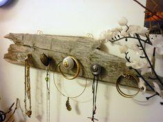 Porte bijoux mural en bois flotté,patère verre, laiton et céramique : Presentoir, boîtes par un-objet-une-histoire