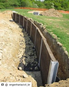 DIY Front Yard Retaining Wall Ideas - Enjoy Your Time - This tutorial is created for beginners thinking about building stone retaining walls, 3 feet in hei - Retaining Wall Fence, Retaining Wall Construction, Backyard Retaining Walls, Building A Retaining Wall, Building Stone, Sleeper Retaining Wall, Retaining Wall Gardens, Railroad Tie Retaining Wall, Landscaping Blocks