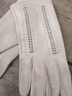 White leather glove with cut-and-twist-detail
