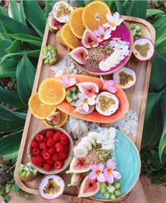Sunday breakfast Bali vibes yeeees please Unicorn Superfoods ・・・ Tropical Smoothie Bowls Setting the vibes for our trip to Bali in July always putting on amazing smoothie bowl spreads tropical smoothies Raspberry Smoothie, Fruit Smoothies, Smoothie Recipes, Food Trucks, Bali Bowls, Petit Dej Healthy, Smothie Bowl, Sunday Breakfast, Breakfast Platter