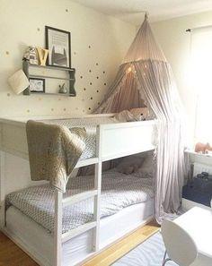 Wir haben ewig nach einem Bett für Xaver gesucht: ein Hochbett war sein Wunsch, aber vielleicht nicht ganz so hoch für den Anfang und am besten eines, wo unten auch noch Jemand schlafen kann, denn die Schwester soll ja irgendwann zu ihm ziehen! Am Ende ist es der Klassiker geworden: das Kura von Ikea. Weil ...