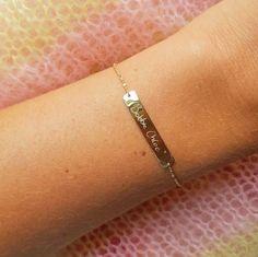 Welcome to the world Bobbie Chloe 👼🏻💘 www.minitials.com  #minitials #minitialsmoments #newborn #baby #bobbiechloe #sparklesnake #sparklesnakebracelet #18k #solidgold #yellowgold #engraved #personalized #idjewelry #finejewelry #pushgift