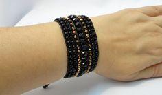 Bracelete confeccionado com fios encerados preto, cristais tchecos e miçangas. Fecho tipo cadarço ajustável para pulsos de 16 a 18 cm.