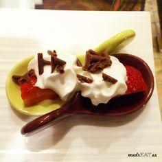 Detalle de fresas con nata y chocolate