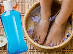 Pediküre mit Listerine? Funktioniert so easy: 4 Teile warmes Wasser, 1 Teil Essigessenz, 2 Teile Listerine. 15 Minuten -> babyzarte Füße