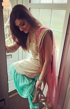 The Beautiful Clothes of India : Photo Indian Suits, Indian Attire, Indian Wear, Indian Dresses, Punjabi Fashion, Bollywood Fashion, Indian Fashion, Designer Punjabi Suits, Indian Designer Wear