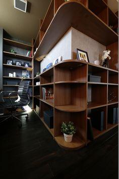 男前インテリア 北欧デザインのモデルハウスの中にあるシックな雰囲気の書斎です。