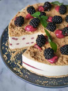 En krämig frusen cheesecake med björnbärscurd serverad med kall björnbärssås. Cheesecake, Dessert Recipes, Desserts, Churros, Tiramisu, Smoothies, Frozen, Food And Drink, Sweets