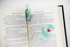 A bookmark for winter: the pair of kawaii mittens (to print - gra . Diy Marque Page, Felt Bookmark, Bookmark Ideas, Wild Olive, Diy Bookmarks, Last Minute Gifts, Craft Fairs, Book Worms, Free Printables