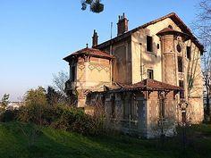 Istres maison abandonnée ... en voie de démolition .. c'est terriblement triste Derelict Buildings, Abandoned Churches, Abandoned Mansions, Abandoned Places, Old Houses, The Locals, Lonely, Castles, Architecture