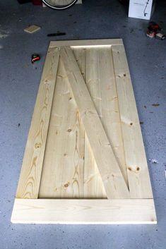 Easiest & Cheapest Way to Build a Rustic Barn Door - FREE PDF Plans How to Build a Rustic Barn Door - Charleston Craftedluxus-interieur-design-und-moderne-gestaltung-flur-mit-holzboden,-wandfarbe-grau-und-holztüren