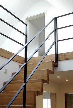 Stahlgeländer - Kühles Stahl kombiniert mit warmen Eichenholz in einer hellen . Steel Railing, Railings, Style At Home, Interior Stair Railing, Stairs Window, Balustrades, Balkon Design, Small Terrace, Painted Stairs