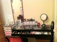 Trendy Makeup Vanity with Pull-out Drawer and Storage Space