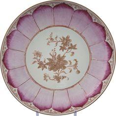 Large coupe « lotus » en porcelaine de Chine de la Compagnie des Indes d'époque Qianlong Peinte en rouge rubis et or, avec au centre un jeté d'hibiscus entouré par des pétales de lotus rayonnants. Sur le rebord, dans des cartouches étroits, des feuillages en or stylisés.