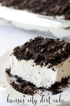 A delicious and cool treat ~ Kansas City Dirt cake. Perfect for the Oreo lover and for those who want easy dessert recipes. You'll love this no-bake dessert! Oreo Desserts, Vegan Desserts, Easy Desserts, Yummy Treats, Sweet Treats, Yummy Food, Food Cakes, Cupcake Cakes, Oreo Dirt Cake