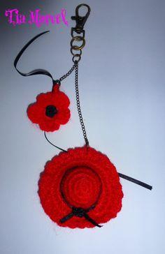 Llavero tejido al crochet de capelina y flor en color rojo