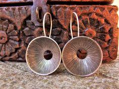 Pendientes étnicos de plata. Pendientes de plata. Joyería étnica. Joyería de plata. Karen Hill Tribe Silver. Silver earrings.
