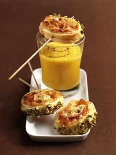 Pumpkin soup with pastry wheels Tapas, I Love Food, Good Food, Yummy Food, Snacks Für Party, Homemade Soup, High Tea, Food Inspiration, Holiday Recipes