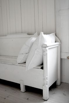 Slagbenk istedet for sofa Kitchen Sofa, Old Benches, The White Album, White Cottage, White Rooms, Shades Of White, White Houses, Shabby Chic Furniture, Decoration