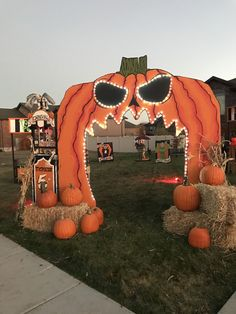 Awesome Outdoor Halloween Decorations Ideas For This Year You Must Try It halloween falldecor autumndecor porch frontyard garden Casa Halloween, Looks Halloween, Halloween 2020, Holidays Halloween, Halloween Pumpkins, Happy Halloween, Google Halloween, Halloween Train, Diy Halloween Decorations