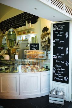Find little corners in the Amalfi Coast - this is the perfect place for Gelato in Capri. Find some of the best places in Capri on TheTasteSF.com #capri #travel #italy #localtravel