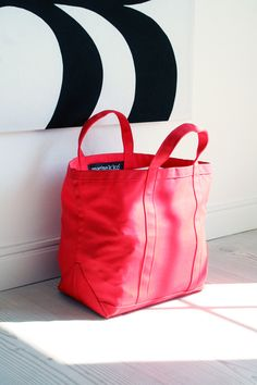 Marimekko tote bag, I have several in different colours Marimekko Bag, Diy Accessoires, Diy Bags Purses, Simple Bags, Quilted Bag, Summer Bags, Bag Making, Paper Shopping Bag, Printing On Fabric