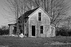 The Untold Stories of Abandoned Houses – Photography Showcase - Cruzine Old Abandoned Buildings, Abandoned Mansions, Abandoned Places, House Photography, Old Farm Houses, Old Churches, Church Building, Old Barns, Covered Bridges