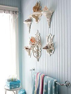 Coleccio de caracoles en petites mensules en la paret del lavabo