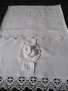 Petit rideau en lin réalisé avec la partie centrale d'un drap ancien : Textiles et tapis par annbcreation