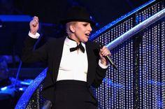 "Lady Gaga canta o clássico ""New York New York"" em homenagem a Frank Sinatra #Cantora, #CelineDion, #Gaga, #Lady, #LadyGaga, #LasVegas, #MotherMonster, #NewYork, #Nick, #Tv, #Videos http://popzone.tv/2015/12/lady-gaga-canta-o-classico-new-york-new-york-em-homenagem-a-frank-sinatra.html"