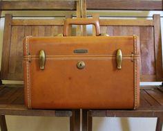 Samsonite Train Case Luggage - Brown Vintage Suitcase or Overnight Bag - Vintage Cosmetics Case Vintage Train Case, Old Cds, Vintage Suitcases, Cosmetic Case, Brass Hardware, Craft Supplies, Cosmetics, Storage, Brown