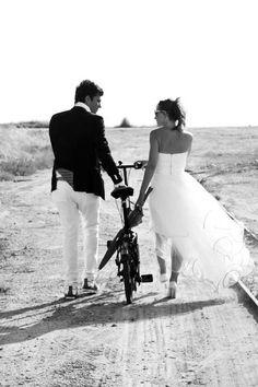 Dans nos Mariées de cette semaine, notre Mariée porte la robe Fantasia ! Composée de satin et de tulle mousseline à volutes cette robe bustier est longue derrière et courte devant. Suzanne-Ermann.com