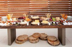 Decoração das mesas do catering com troncos de madeira