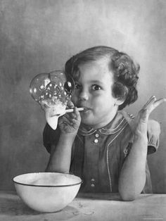 Girl Blowing Soap BubblesBy Gjon Mili Photographic Print: Girl Blowing Soap Bubbles by Gjon M Vintage Pictures, Old Pictures, Vintage Images, Old Photos, Vintage Ads, Vintage Children Photos, Lake Pictures, Vintage Black, Robert Doisneau