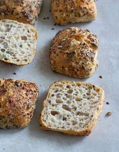 Koldhævede rundstykker med frø og kerner - Pilens Køkken Bread Recipes, Baking Recipes, Good Food, Yummy Food, Food Crush, Bread Bun, Bread And Pastries, How To Make Bread, Bread Baking