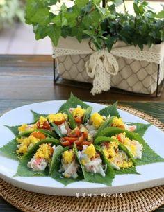 깻잎쌈 샐러드 한쌈씩 들고 먹어요.텃밭요리 : 네이버 블로그 Korean Dishes, Korean Food, Look And Cook, Food Plating, Fresh Rolls, Green Beans, Sushi, Healthy Recipes, Healthy Food