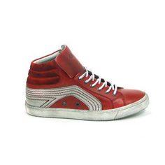 Mooie laarzen van het merk Aqa, model A1841! Uitgevoerd in rood glad leer in combinatie met wit leer met opvallende rode stiksels. De tong kan zowel naar binnen als naar buiten gedragen worden voor een stoer effect, met een groot logo van Aqa op de tong. Deze gympen worden gesloten met een leren veter. Deze herenschoenen zijn helemaal van leer met een stevige rubber zool. Nu online te bestellen via Shoehoo.nl Aqa, High Tops, High Top Sneakers, Shoes, Fashion, Moda, Zapatos, Shoes Outlet