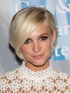 Cara alargada pelo corto liso - Cara alargada con corte de pelo corto con raya en medio y diseño asimétrico. Lleva flequillo muy largo y de lado