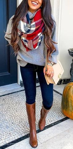 20 Gorgeous Fall Scarf To Wear ASAP Chic cozy grey sweater fall outfits street style outfit Stylish simple dark skinny jeans outfit spring fashionable ootd Cool casual wi. Fashion Mode, Look Fashion, Trendy Fashion, Fashion Spring, Trendy Style, Womens Fashion, Fashion Boots, Fashion Trends, Fashion Clothes