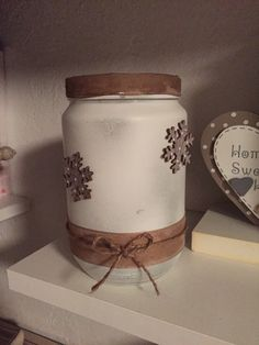 Christmas Jar. Ho dipinto con una bomboletta spray bianca il barattolo.  Ho incollato due nastri uno in fondo al barattolo e gli ho legato intorno una corda e ho fatto un fiocchetto, l'altro nastro l'ho incollato intorno al bordo del barattolo.  Infine ho incollato dei fiocchi di neve in legno