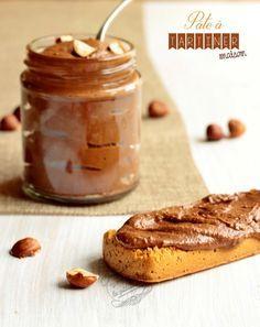 Ingrédients pour 1 pot de 750 g de pâte à tartiner : 270 g de noisettes entières décortiquées 120 g de sucre en poudre - 150 g de sucre glace 150 g de chocolat au lait 25 g de lait en poudre 10 g de cacao en poudre non sucré 10 ml d'huile de tournesol
