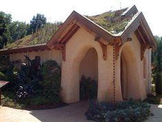 Casa organica con techo de tierra y vegetación para refrescarla